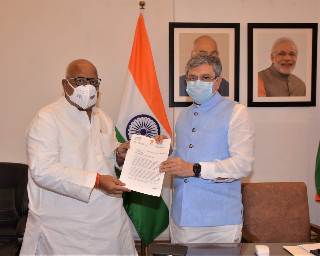 अयोध्या के सांसद लल्लू सिंह ने शुक्रवार को रेलमंत्री अश्विनी वैष्णव से मुलाकात की। - Dainik Bhaskar