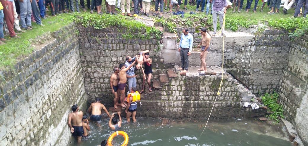 कुएं में डूबने से नाना-नाती की मौत। - Dainik Bhaskar