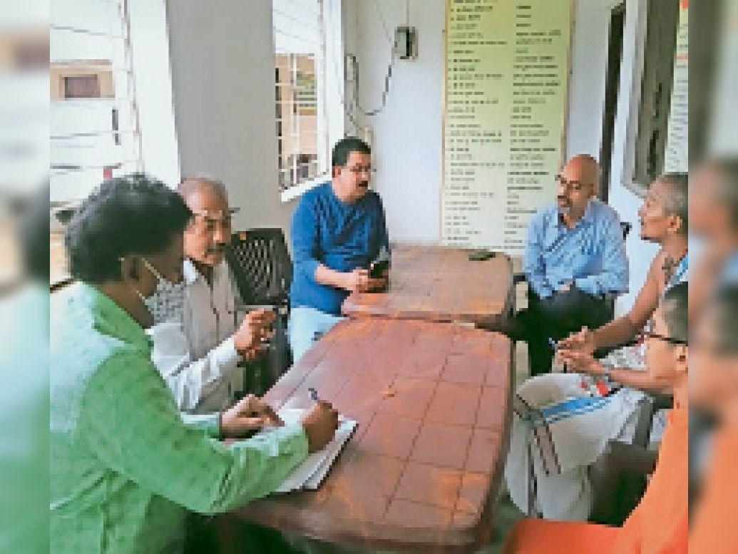 मुंबई-बेंगलुरु से आई टीम ने गौशाला किया सर्वे, गौशाला का रेवेन्यू बढ़ाने पर मंथन हजारीबाग,Hazaribagh - Dainik Bhaskar