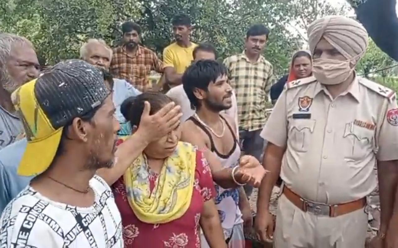 मौके पर पहुंचकर जांच करती पुलिस। - Dainik Bhaskar