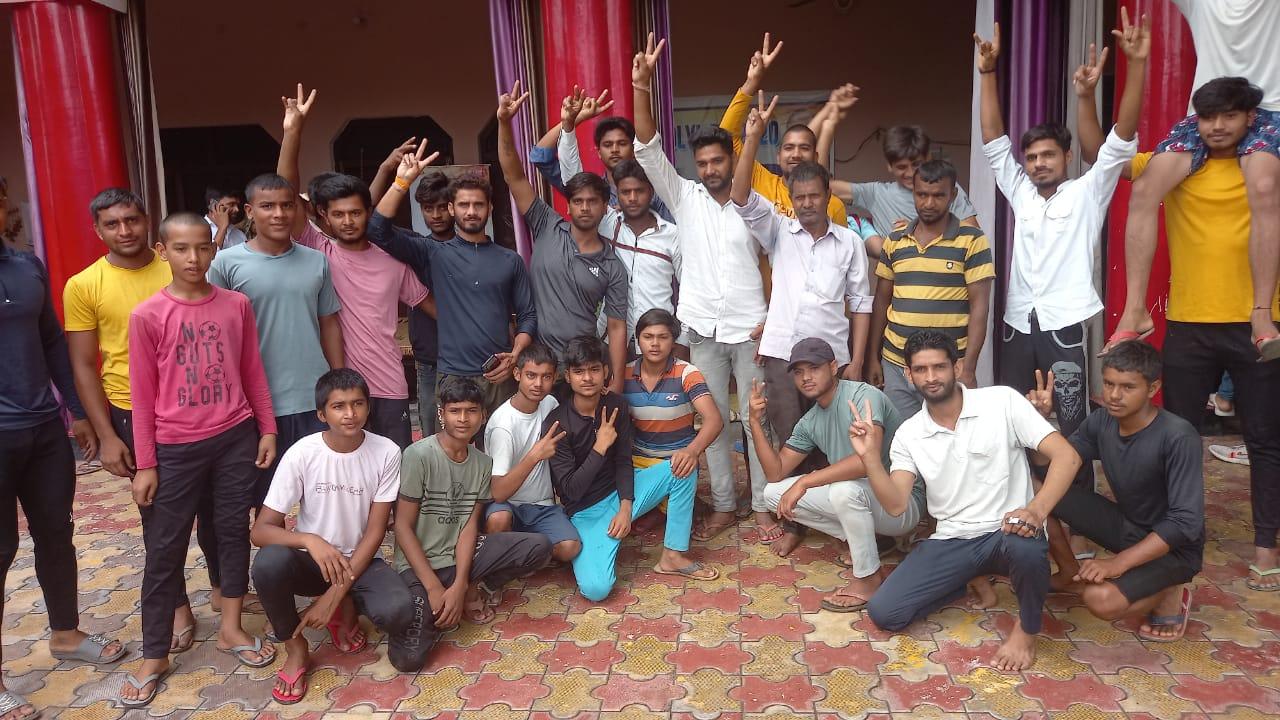 सतीश यादव के गांव के युवा साथी उनकी जीत के लिए चीयर अप करने पहुंचे थे।
