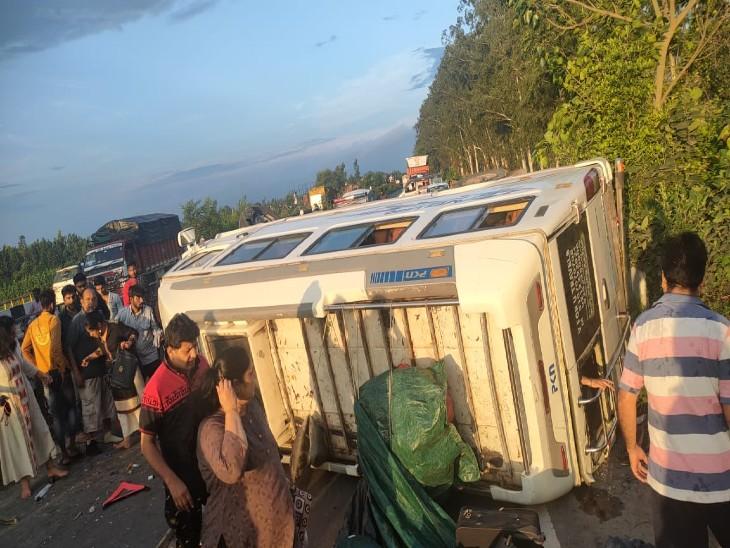 बाइक को बचाने में पर्यटकों से भरी बस डिवाइडर से टकराकर पलटी, उत्तराखंड घूमने जा रहे एक परिवार के 10 लोग घायल|मुरादाबाद,Moradabad - Dainik Bhaskar