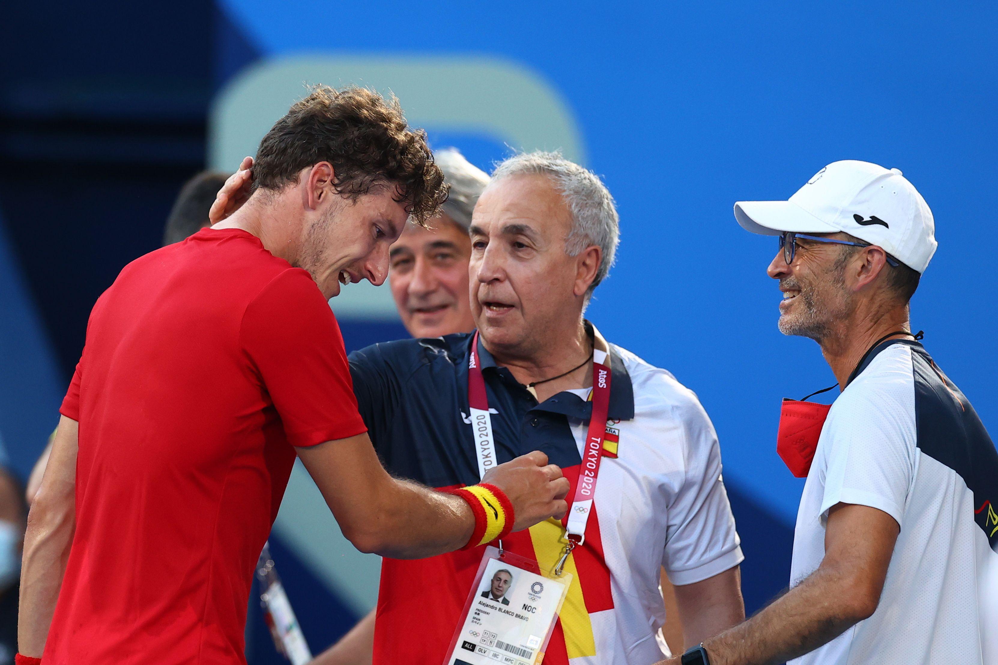 पाब्लो को ब्रॉन्ज मेडल जीतने पर बधाई देते उनके कोच।