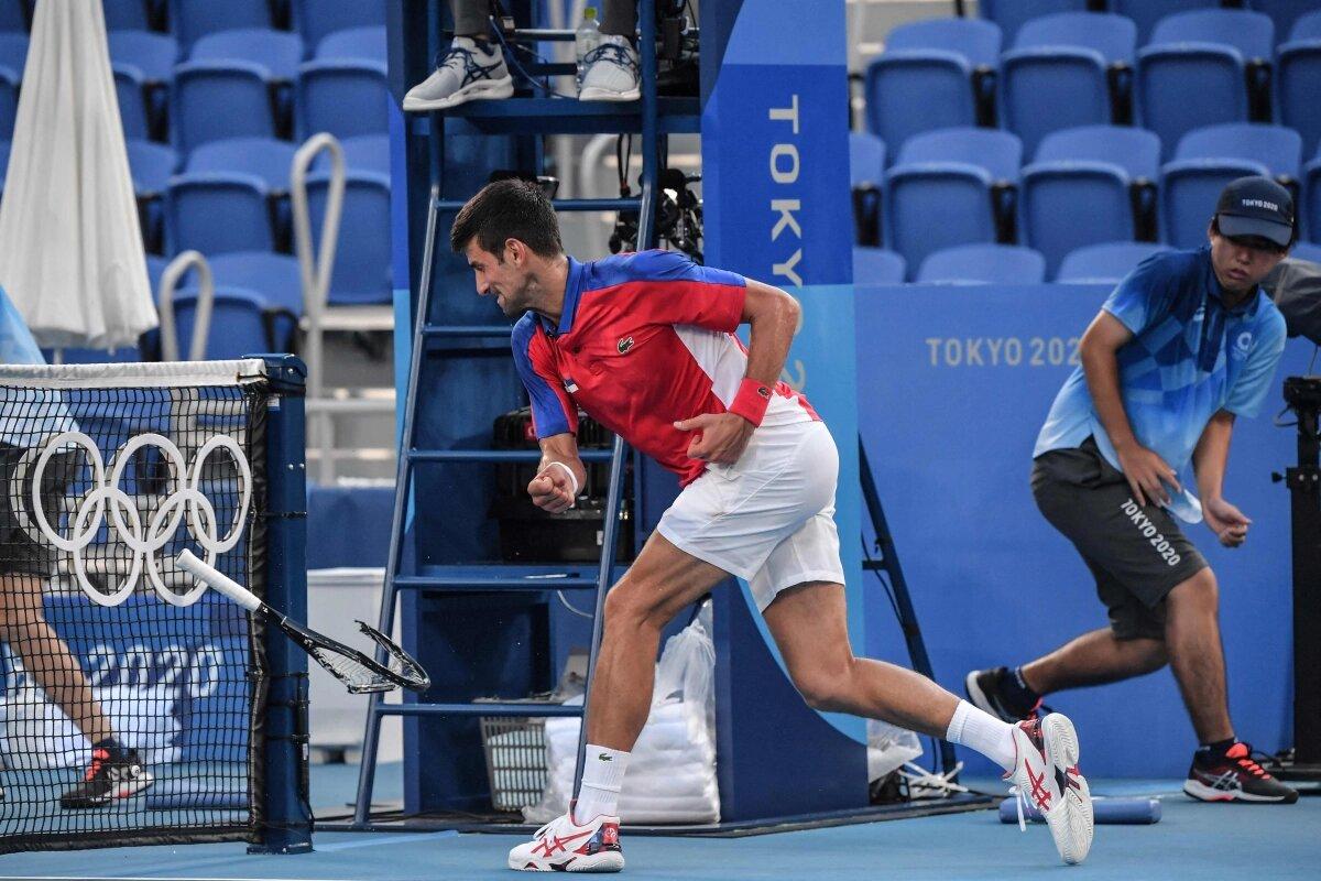 मैच के दौरान जोकोविच ने रैकेट को नेट बार में दे मारा। इससे उनका टेनिस रैकेट टूट गया।