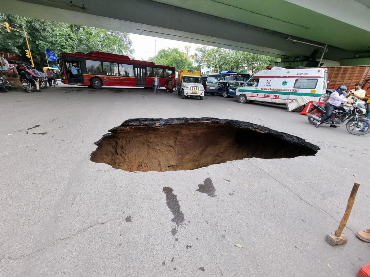 IIT रोड पर सड़क जमीन के अंदर धंसने के बाद जाम जैसी स्थिति बन गई।