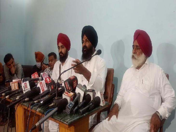 मीडिया से बात करते अजीत सिंह, सुखराज सिंह और साधु सिंह(लेफ्ट टू राइट) - Dainik Bhaskar
