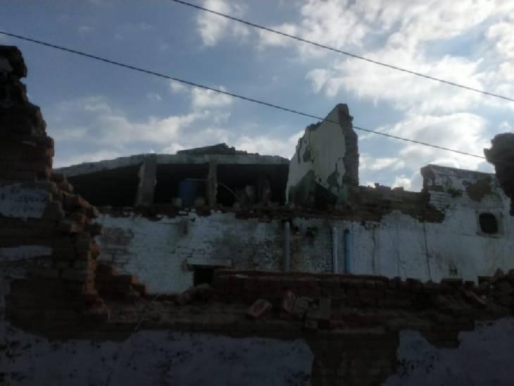 जिला जेल में दीवार और छत की हालत कई सालों से खराब थी।