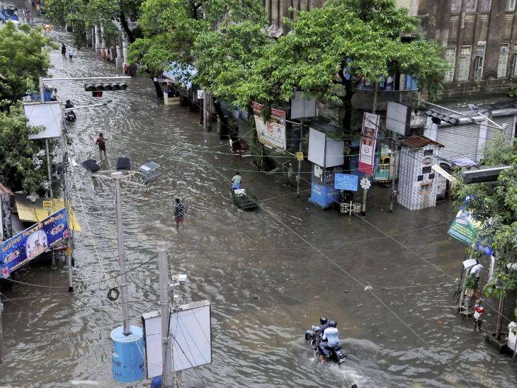 कोलकाता में शुक्रवार को हुई भारी बारिश के बाद सड़कों पर पानी जमा हो गया। कई घरों और दुकानों में भी पानी भर गया।