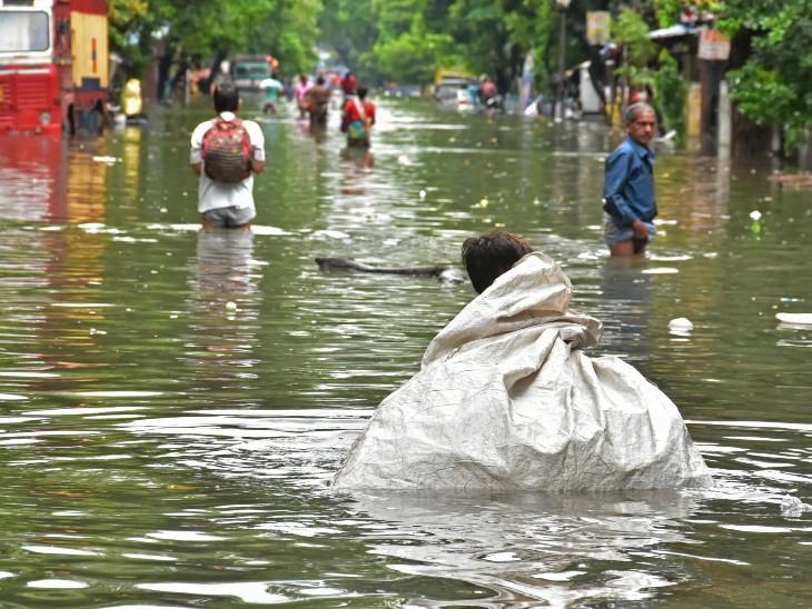 कोलकाता में शुक्रवार को 150 मिमी से ज्यादा बारिश दर्ज की गई। स्काईमेट के अनुमान के मुताबिक पश्चिम बंगाल को अभी बारिश से राहत नहीं मिलेगी।