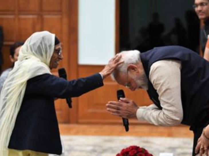 8 मार्च 2020 को प्रधानमंत्री नरेंद्र मोदी ने नारी शक्ति पुरस्कार विजेता महिलाओं से बात की थी। तब मोदी ने इस तरह मान कौर का आशीर्वाद लिया था।