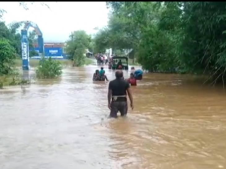 रीवा जिले में सोहागी-बड़ागांव का मुख्य मार्ग से टूटा संपर्क, धोबा नाला में अचानक जलस्तर बढ़ने के बाद आवागमन प्रभावित|रीवा,Rewa - Dainik Bhaskar