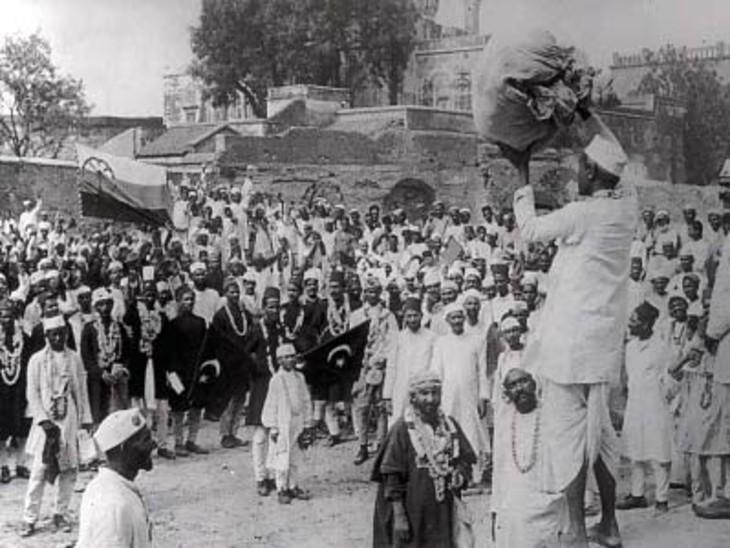आंदोलन के दौरान विदेशी कपड़ों की होली जलाने के लिए कपड़े इकट्ठे करते लोग।