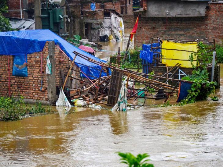 रांची में भी शुक्रवार को भारी बारिश हुई। इससे गलियों में पानी भर गया और कई कच्चे घरों को नुकसान हुआ है।