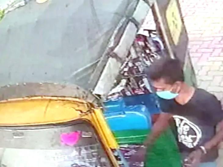 जज को टक्कर मारने के आधे घंटे बाद ही ऑटो घटना स्थल से करीब 15 किलोमीटर दूर गोविंदपुर में पेट्रोल पंप पर देखा गया था। CCTV फुटेज में इस बात का पता चला है।