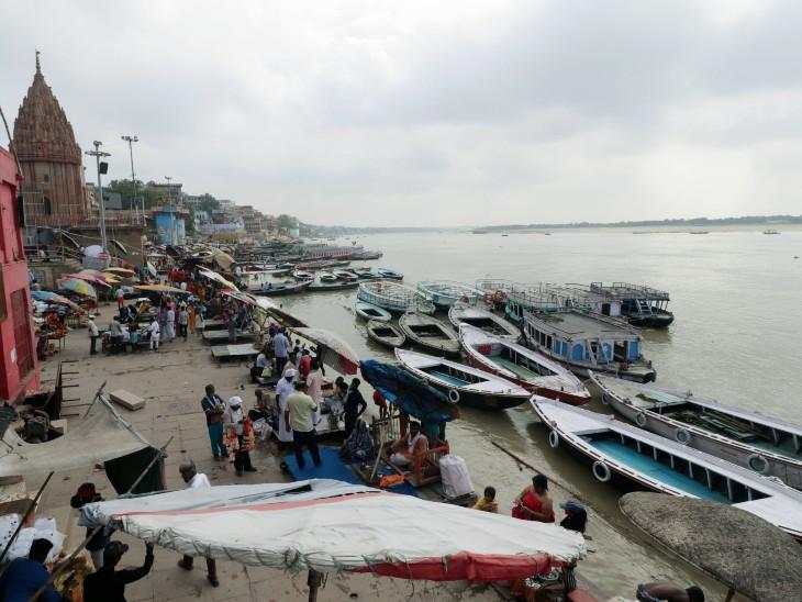 वाराणसी में गंगा का जलस्तर बढ़ने की वजह से शुक्रवार को बोट सर्विस रोक दी गई।