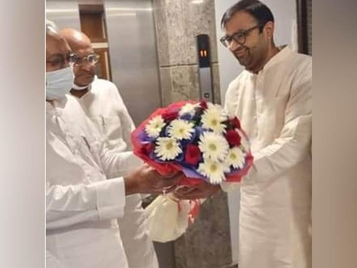 ओमप्रकाश से मुलाकात से पहले नीतीश कुमार का स्वागत करते कर्ण चौटाला।