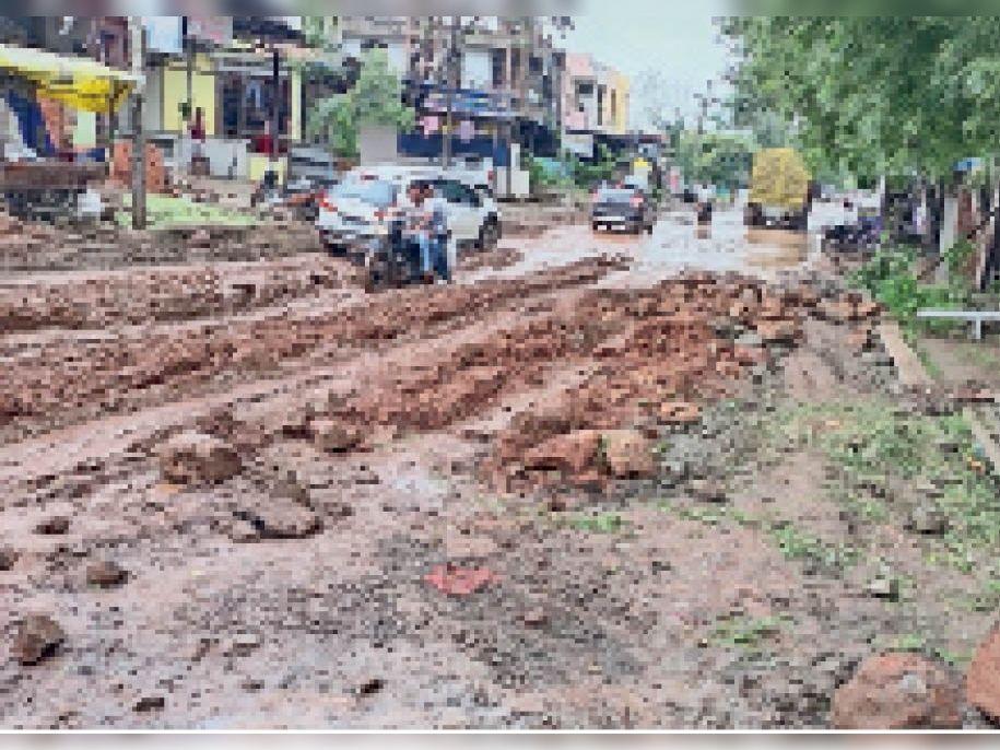 गौतमपुरा-इंदौर पहुंच मार्ग की जगह कीचड़ में बदला, हादसों का अंदेशा|नागदा,Nagda - Dainik Bhaskar