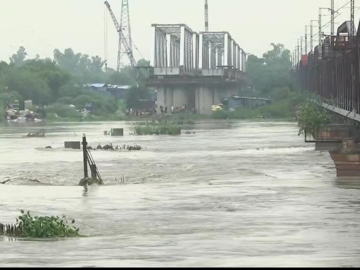 फोटो दिल्ली की यमुना नदी का है, यहां वाटर लेवल खतरे के निशान के करीब पहुंच गया है।