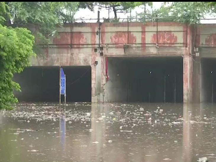 दिल्ली के प्रह्रलादपुर इलाके में अंडर ब्रिज बारिश के पानी में आधा डूब गया।