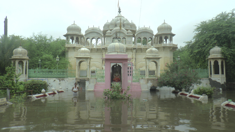 सीकर में भारी बारिश के चलते बद्रीनाथ मंदिर परिसर में पानी भर गया।