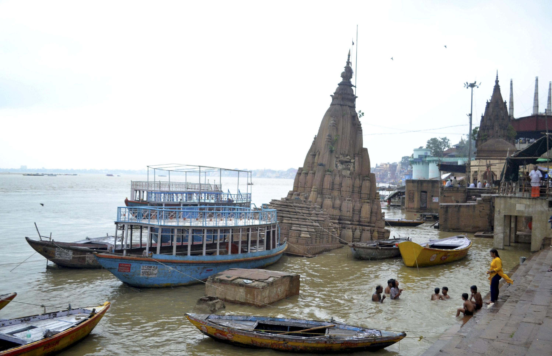 वाराणसी में बारिश से गंगा नदी का जलस्तर बढ़ गया, जिसके बाद कई मंदिर डूब गए।
