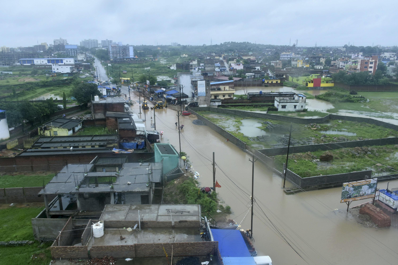 रांची में बारिश का पानी सड़कों पर जमा हो गया है और लोगों को कमर तक पानी से होकर गुजरना पड़ रहा है।