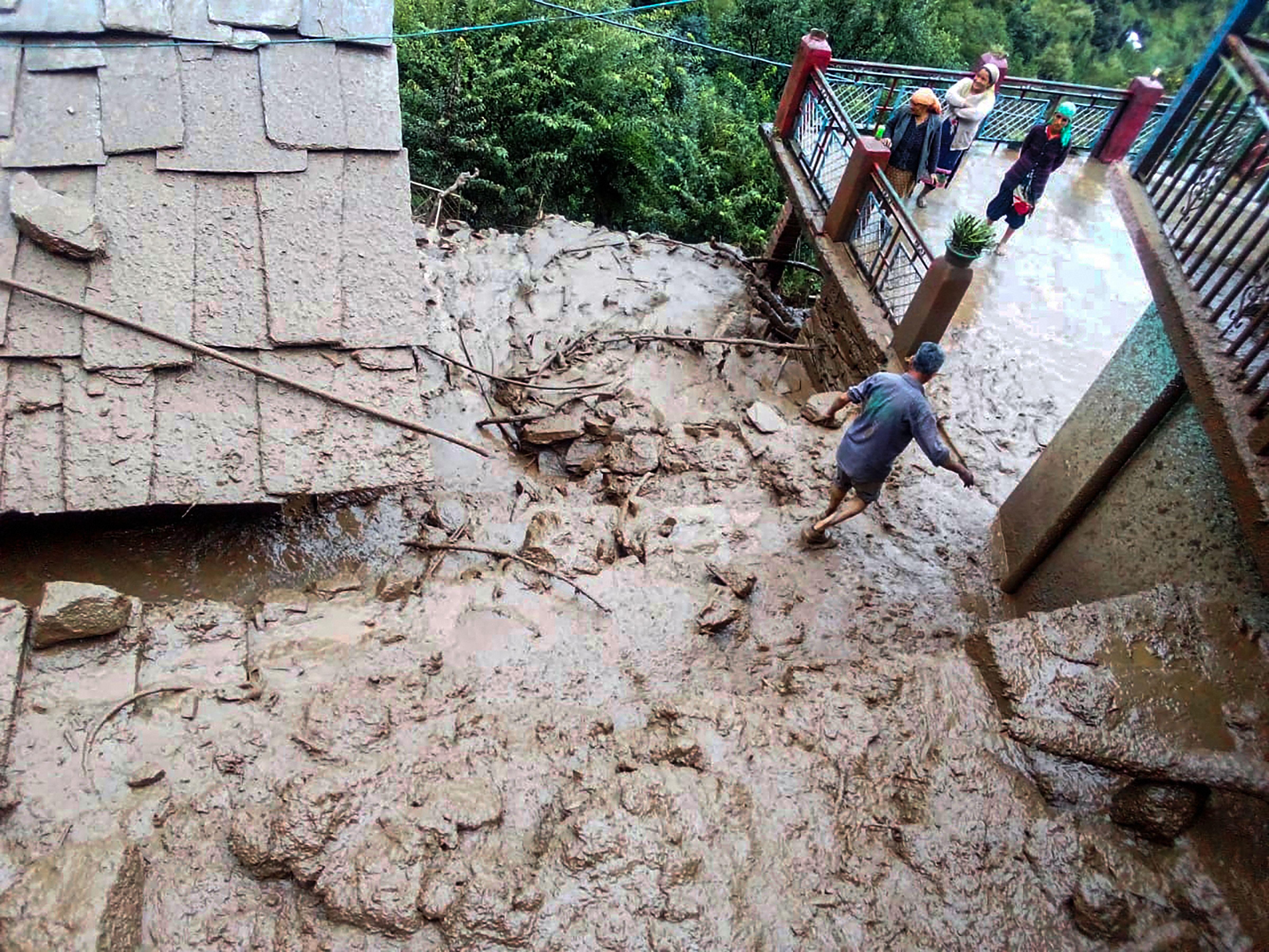 हिमाचल प्रदेश के कुल्लू में लैंड स्लाइड के बाद घर में कीचड़ भर गया।