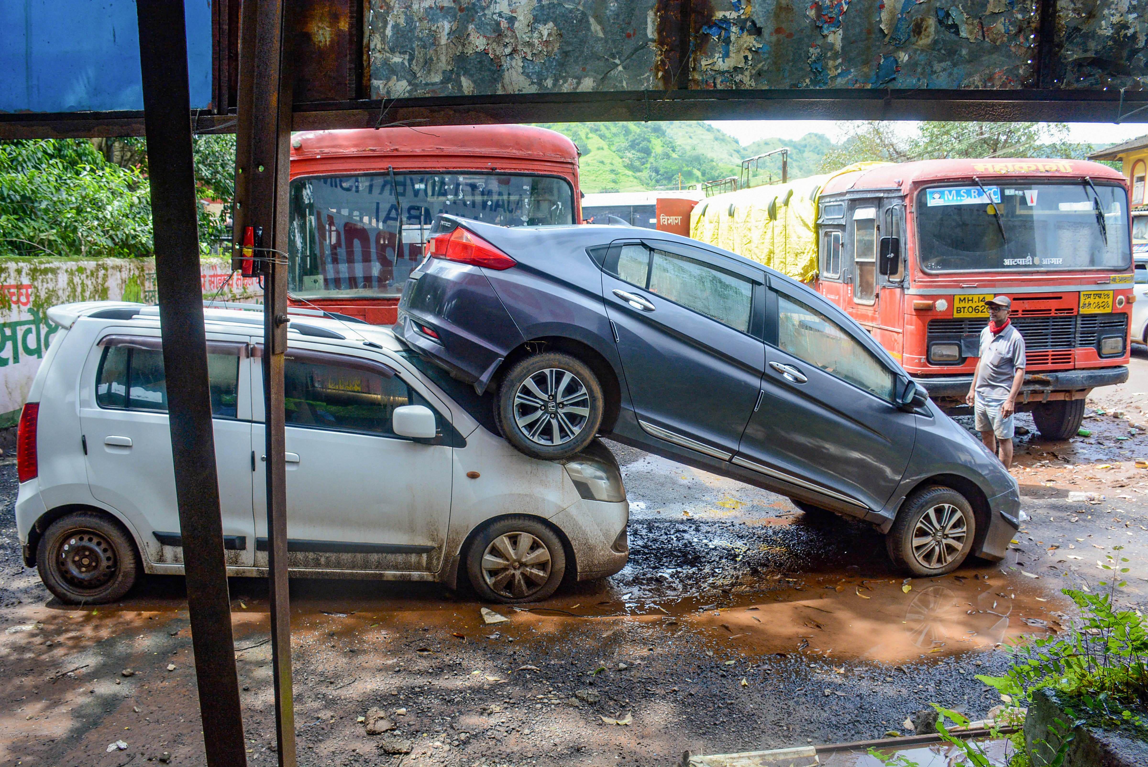 महाराष्ट्र के रायगढ़ में बारिश का पानी नीचे उतरने पर गाड़ियों की हालत ऐसी मिली।