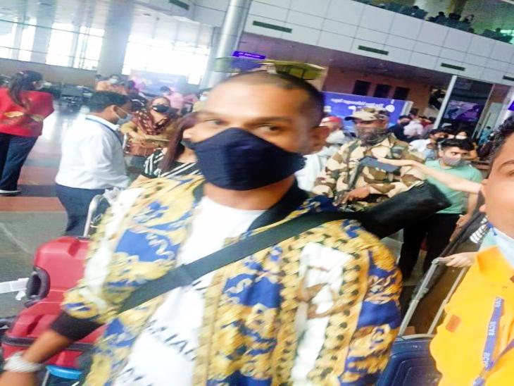 उदयपुर के डबोक हवाई अड्डे पर शिखर धवन।