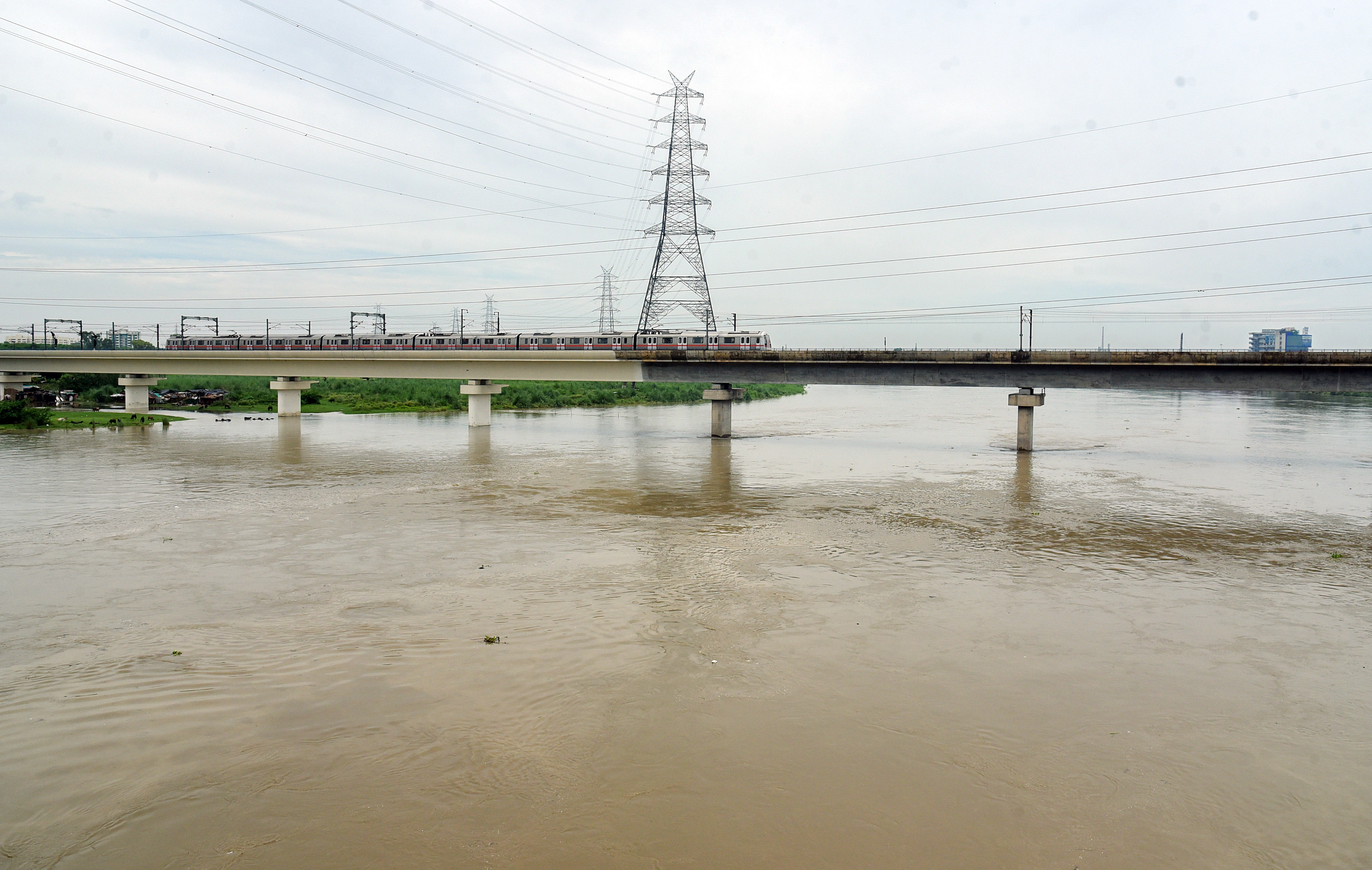 दिल्ली में पिछले 24 घंटे में 28 मिमी बारिश हुई है। यहां यमुना खतरे के निशान के करीब है।