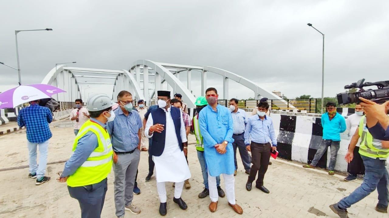 मंत्री विश्वास सारंग पीडब्ल्यूडी के अधिकारियों से चर्चा करते हुए।