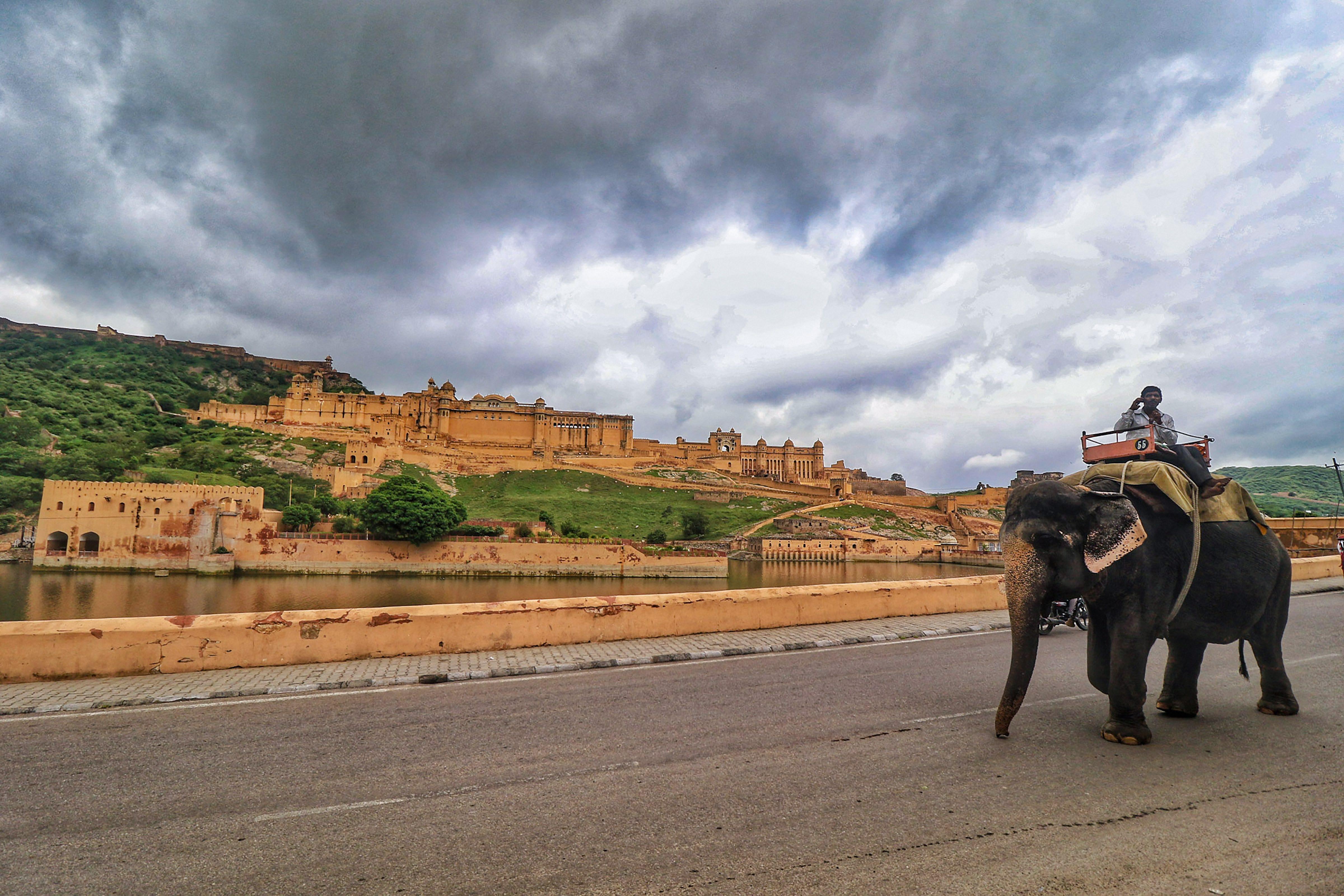 फोटो जयपुर किले की है। यहां रविवार को काले बादल छाए रहे।