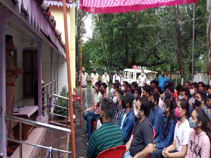 युवाओं को सिविल सेवा की तैयारी के टिप्स देते आईपीएस सोमवंशी।