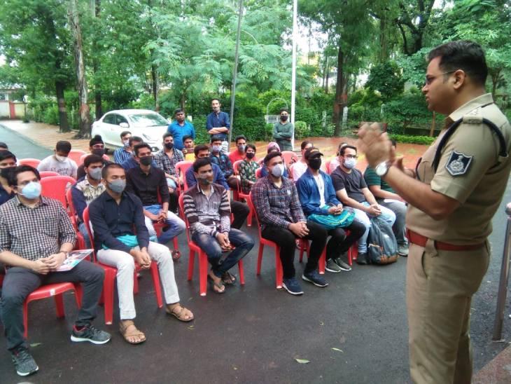 जबलपुर में सिविल सेवा की तैयारी कर रहे युवाओं को टिप्स दे रहे IPS श्रुतिकीर्ति, सिहोरा में लगाई क्लास, नागपुर और सतना से युवा आए|जबलपुर,Jabalpur - Dainik Bhaskar