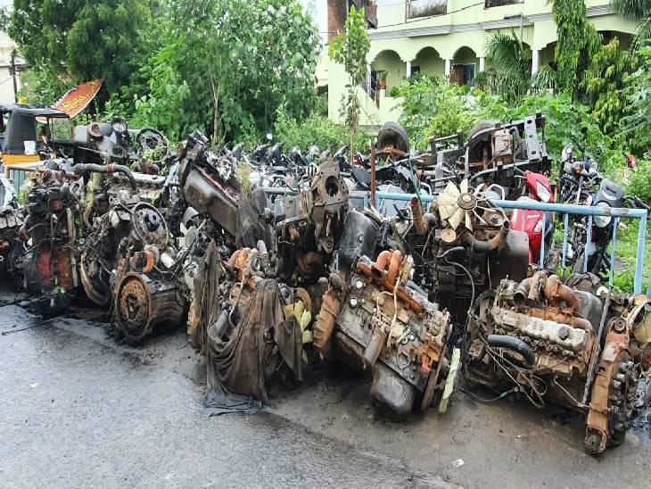 जबलपुर क्राइम ब्रांच पुलिस ने दबिश देकर 26 इंजन और दो चेचिस किए जब्त, करोंदा नाला के पास बनाया था गोदाम|जबलपुर,Jabalpur - Dainik Bhaskar