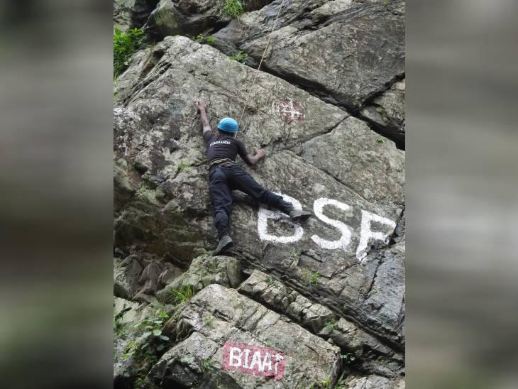 दुर्गम पहाड़ियों पर चढ़ने का अभ्यास कराया गया।