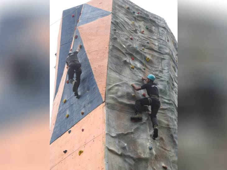 ऊंची बिल्डिंग पर चढ़ने की ट्रेनिंग लेते जवान।