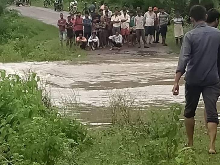 सतना में घटनास्थल पर लगी ग्रामीणों की भीड़।