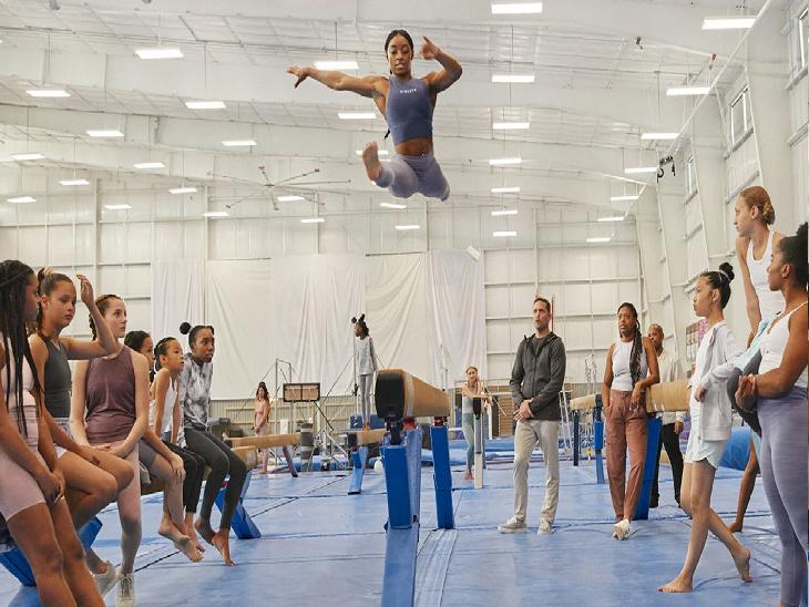 अमेरिका की सिमोन बाइल्स ने जब टोक्यो ओलिंपिक के जिमनास्टिक मुकाबलों से नाम वापस लिया तब छोटे ब्रांड एथलीटा ने उनका सार्वजनिक रूप से समर्थन किया। - Dainik Bhaskar