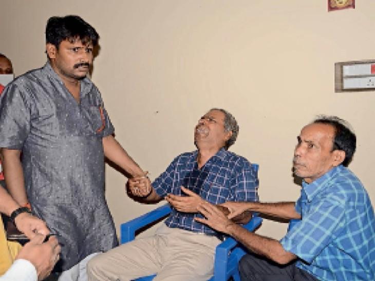 ठाकुर कुल्ही में हादसे के बाद रोते-बिलखते परिजन। - Dainik Bhaskar