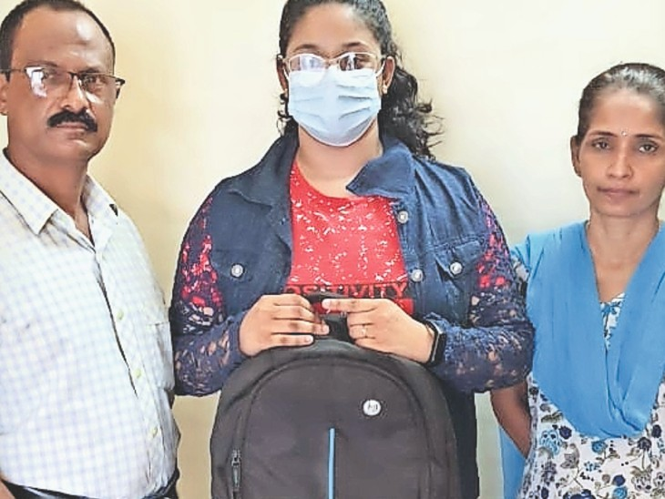 धौलपुर. माता पिता के साथ क्रिस्टीना एलिजाबेथ। - Dainik Bhaskar