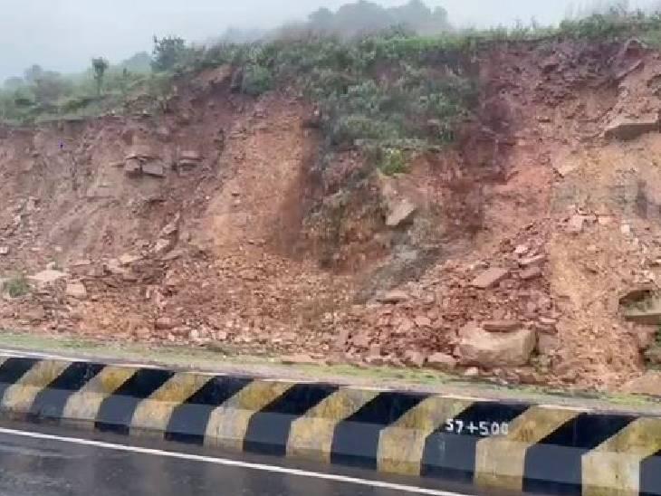 रीवा के सोहागी में तेज बारिश के कारण पहाड़ में से मिट्टी धंसक गई।