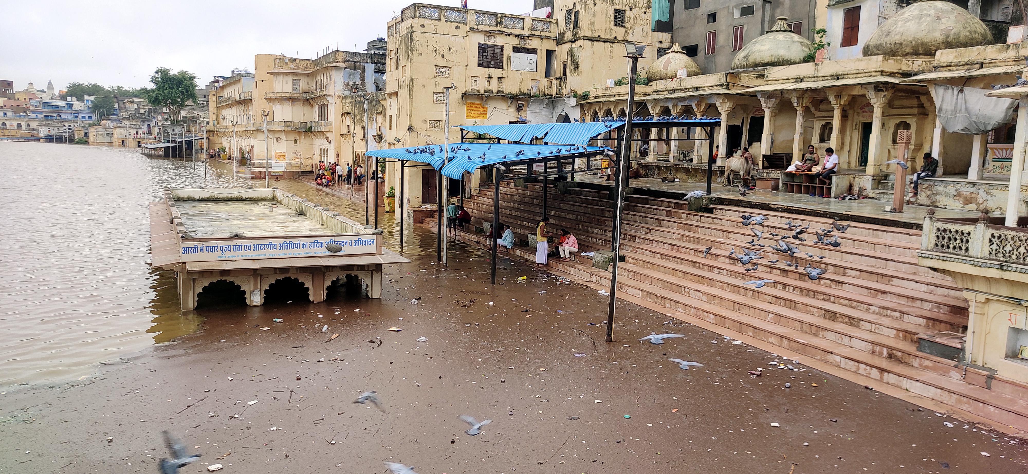 अजमेर की पुष्कर झील में पानी का लेवल बारिश की वजह से काफी बढ़ गया है।