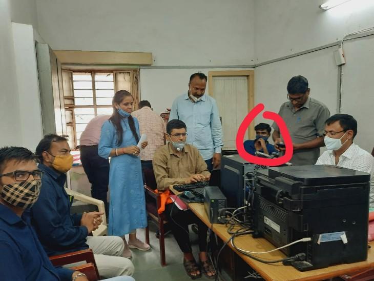 एसीबी ने 8 हजार रुपए की रिश्वत लेते पकड़ा, लीज डीड जारी करने की एवज में मांगी थी घूस|सिरोही,Sirohi - Dainik Bhaskar
