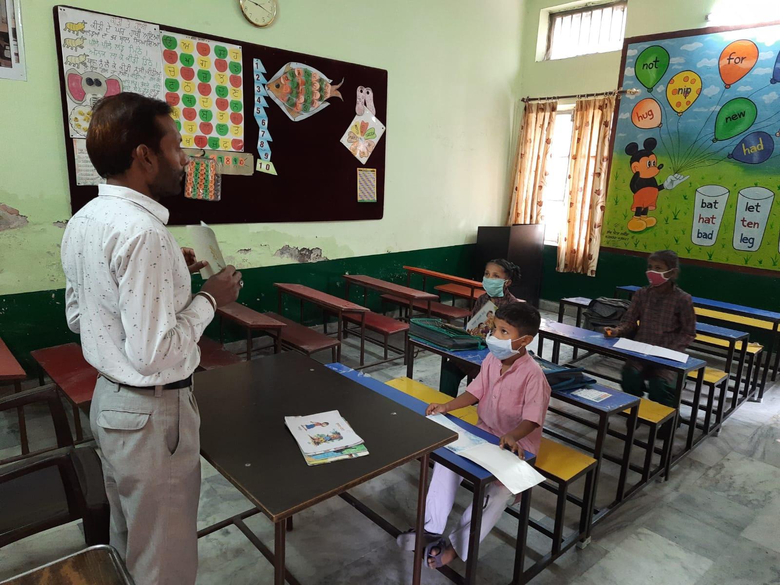 बिना कंसेंट पहुंचे अधिकतर विद्यार्थी; 2 प्रतिशत से अधिक नहीं सरकारी स्कूलों में गिनती; प्राइवेट स्कूल कल बुलाएंगे छात्र अमृतसर,Amritsar - Dainik Bhaskar