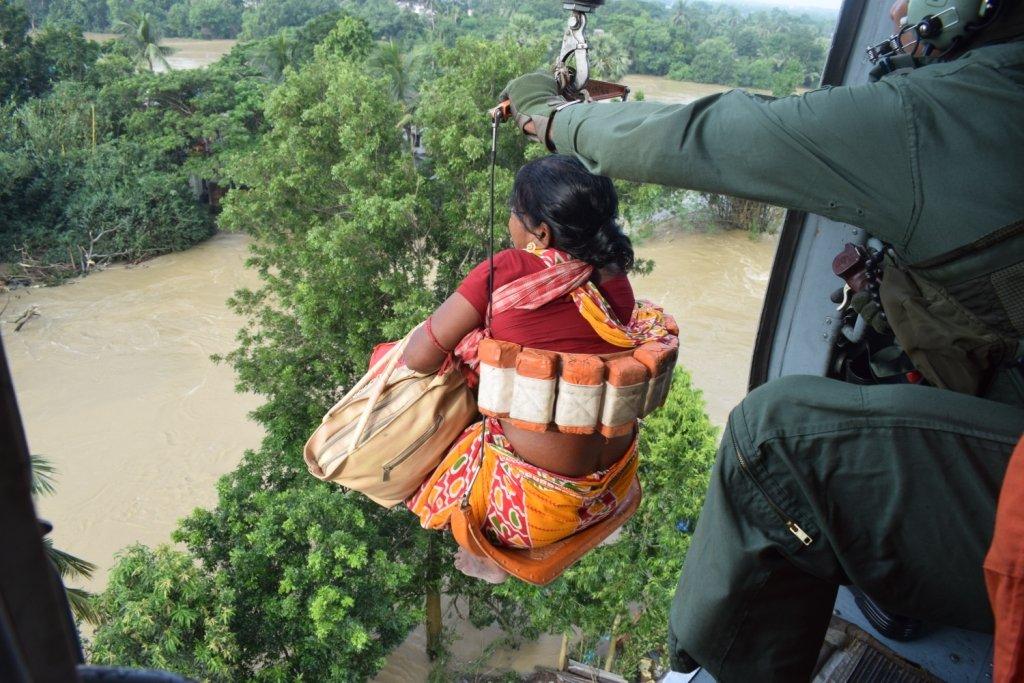 बंगाल के हुगली में हेलीकॉप्टर से महिला का रेस्क्यू करते वायुसेना के जवान।