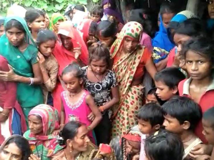बच्ची की मौत के बाद गांव वाले पीड़ित परिवार को दिलासा देने पहुंचे। उनका कहना है कि तेंदुए अक्सर आबादी वाले इलाके में आ जाते हैं।