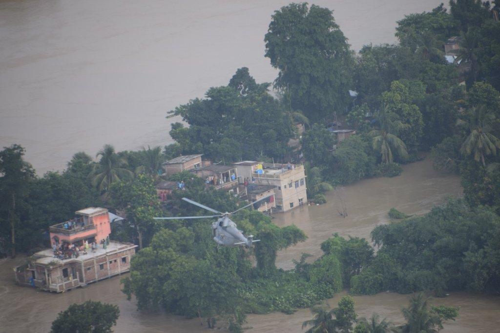 इन घरों की छत पर लोग कई दिनों से फंसे हुए थे। मकान का ग्राउंड फ्लोर पानी में डूब गया था और खाने का सामान भी खत्म हो गया था।