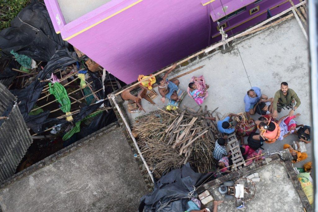 इस तरह छत पर खड़े होकर लोग हेलीकॉप्टर से मदद मिलने का इंतजार कर रहे थे।