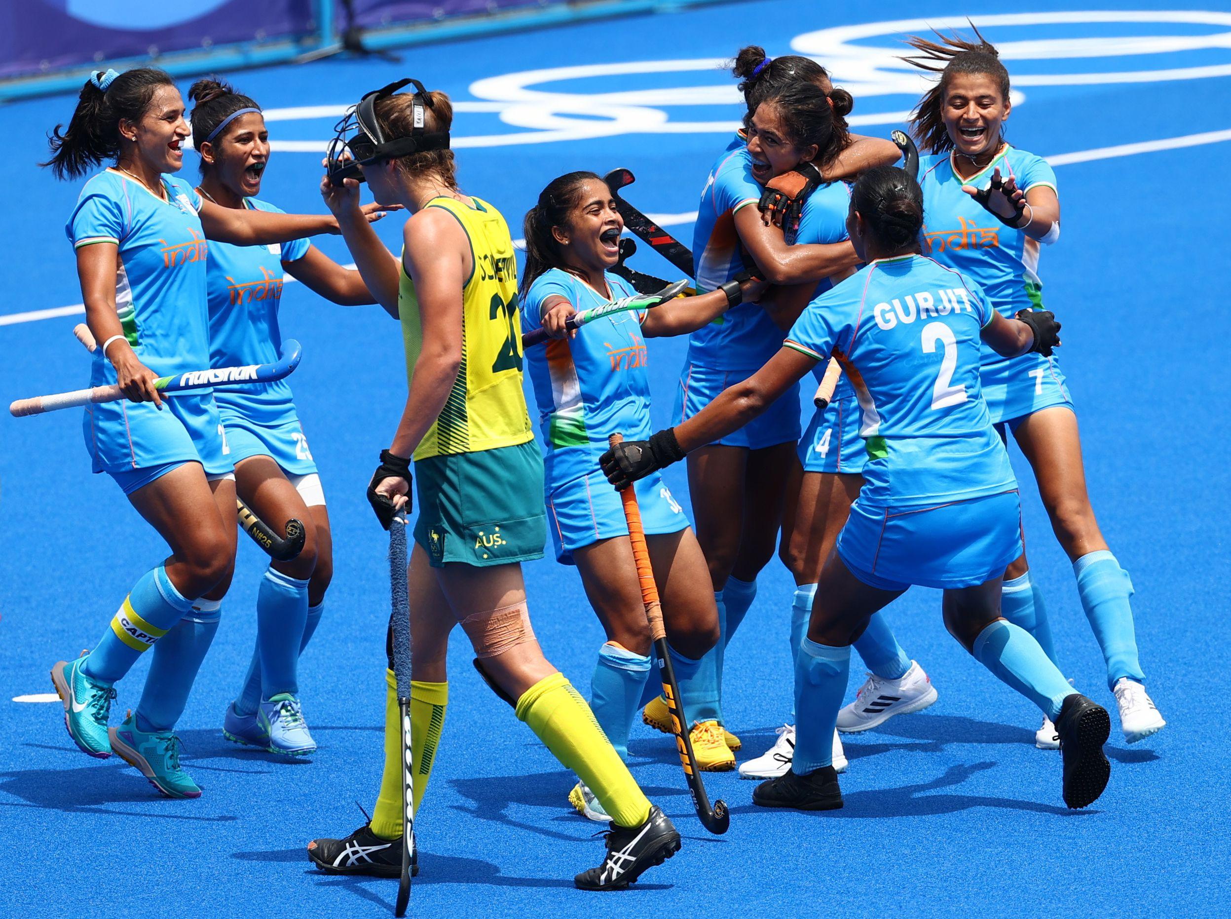 गोल के बाद जश्न मनाती भारतीय टीम।